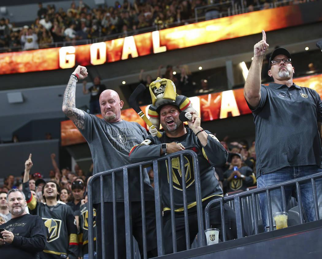Aficionados de Vegas Golden Knights celebraron el primer triunfo de la pretemporada. Domingo 16 de septiembre de 2019 en T-Mobile Arena. Foto Chase Stevens / Las Vegas Review-Journal.