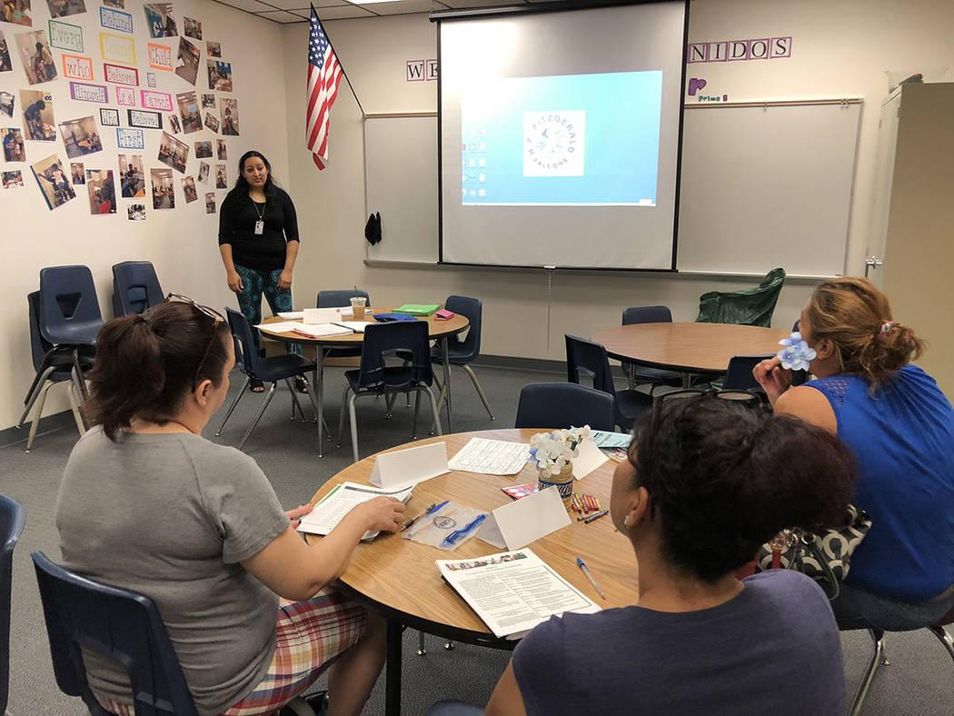 La instructora Arcelia Barajas, de pie, en una clase del Programa de Padres Positivos, el 14 de septiembre en la escuela Fitzgerald. Foto Valdemar González / El Tiempo - Contribuidor.