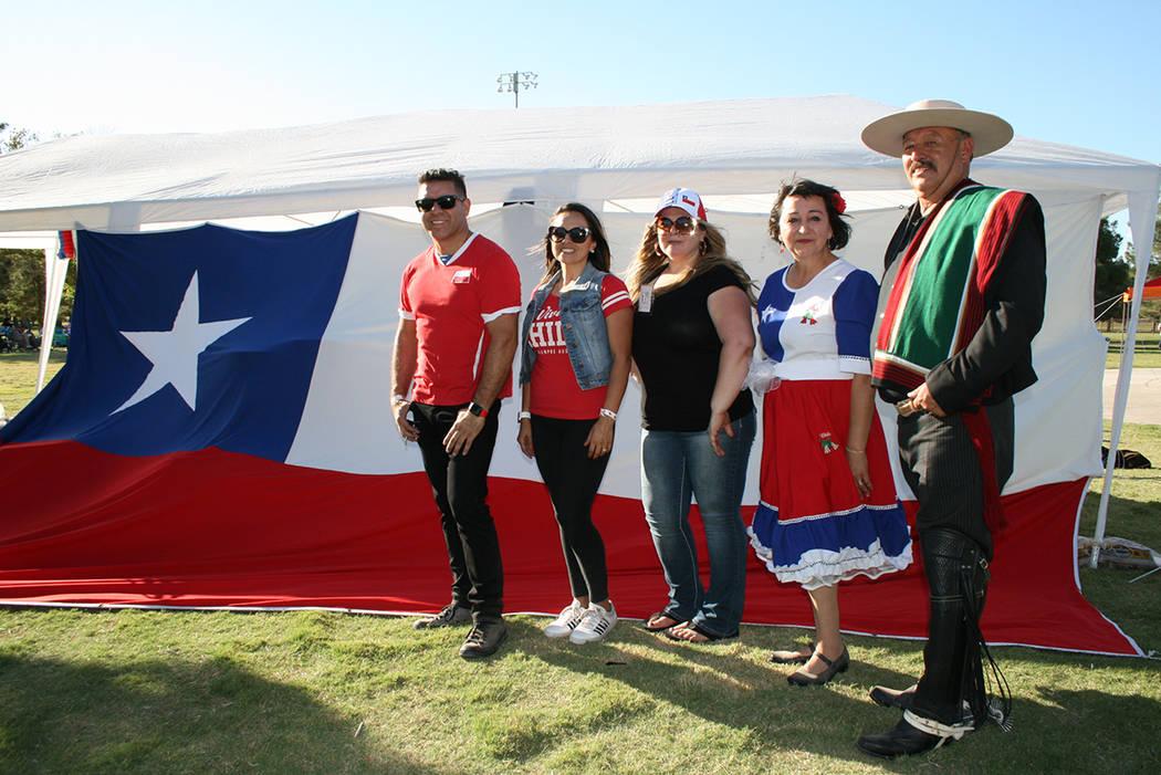 Desde la derecha, Paco Alvarez (mexicano vestido con traje típico chileno), Silvia Boswell, Carolina Nielsen, Alejandra Martínez y David Morales, el domingo 16 de esptiembre del 2018 en el Sunse ...