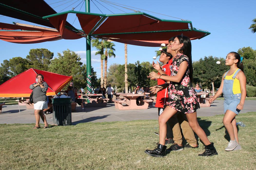 Sophia Camille, al frente, y otros niños juegan en la celebración de la Independencia de Chile, el domingo 16 septiembre 2018 en Sunset Park. Foto Valdemar González / El Tiempo - Contribuidor.