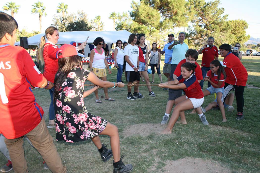 Niños chilenos juegan a tirar de la cuerda, el domingo 16 septiembre 2018 en el Sunset Park. Foto Valdemar González / El Tiempo - Contribuidor.