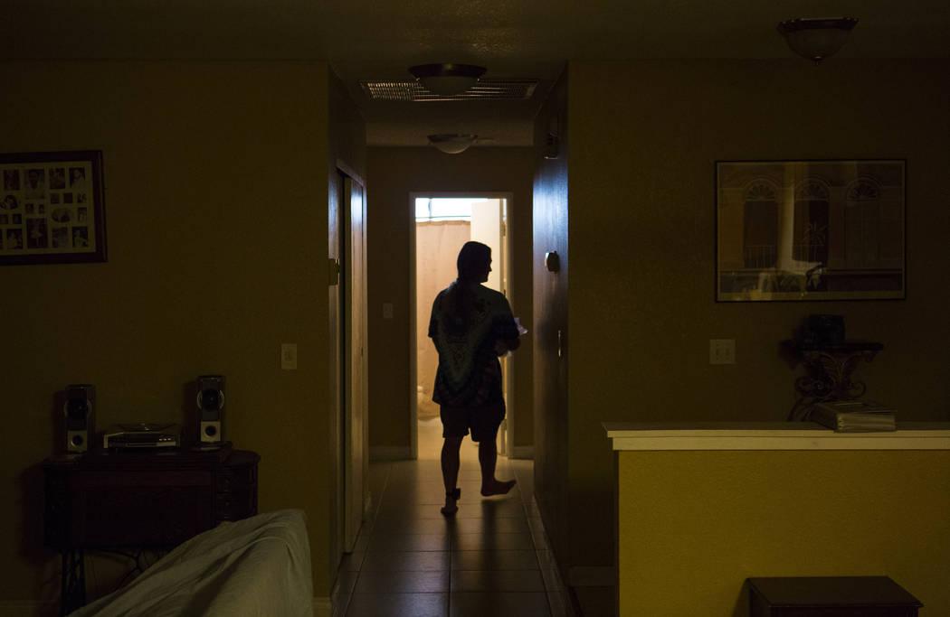 Timothy Tyler se prepara en la casa de su hermana en Las Vegas antes de visitar una casa intermedia para quitarse el monitor de tobillo al completar su sentencia el 30 de agosto de 2018. Tyler fue ...