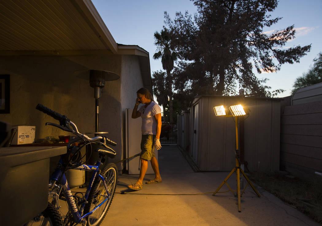 Timothy Tyler habla con un amigo por teléfono después de visitar una casa intermedia para quitarse el monitor de tobillo al completar su sentencia el 30 de agosto de 2018. Tyler fue condenado or ...