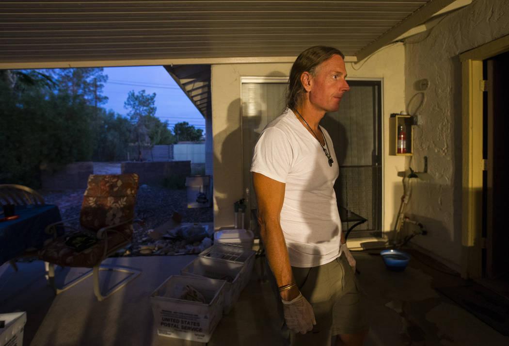 Timothy Tyler trabaja en la fabricación de camisas de teñido anudado mientras se relaja con amigos y familiares después de visitar una casa intermedia para quitarse el monitor de tobillo al com ...