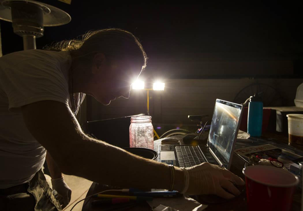 Timothy Tyler interpreta un concierto de Grateful Dead en una computadora portátil mientras se relaja con amigos y familiares después de visitar una casa intermedia para quitarse el monitor de t ...