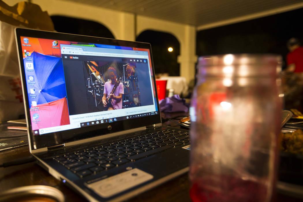 Una actuación de Grateful Dead se reproduce en una computadora portátil mientras Timothy Tyler, sin retratar, se relaja con amigos y familiares el 30 de agosto de 2018. Chase Stevens Las Vegas R ...