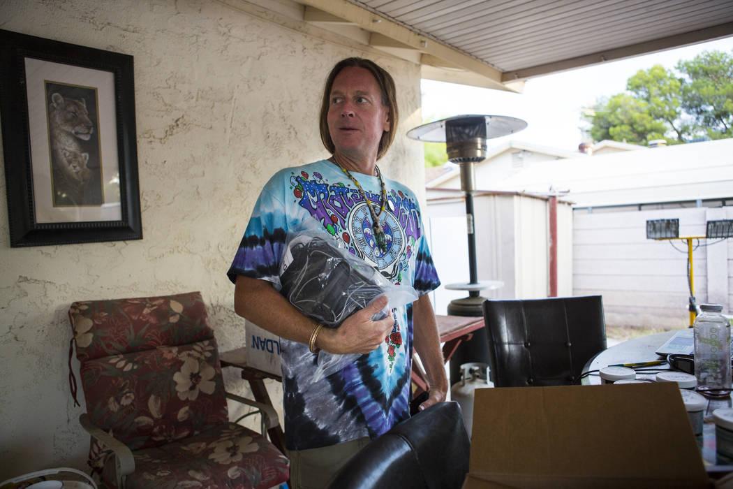 Timothy Tyler sostiene un dispositivo de control de tobillo en la casa de su hermana en Las Vegas antes de visitar una casa para quitarse su monitor de tobillo el 30 de agosto de 2018. Tyler fue s ...