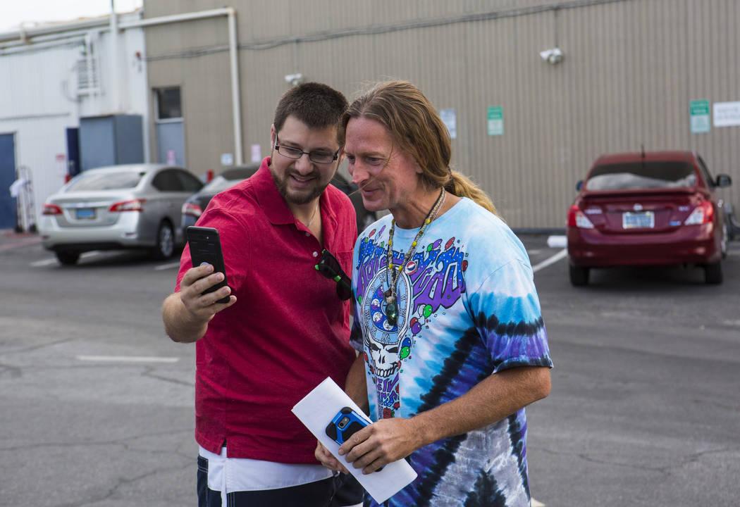 Timothy Tyler, a la derecha, posa para una selfie con su hijo, Jim Newhart, después de visitar una casa intermedia para quitarse el monitor de tobillo al completar su sentencia el 30 de agosto de ...