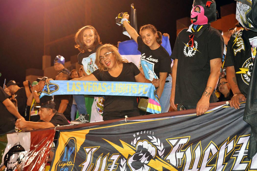 La gente apoyó con entusiasmo el esfuerzo de los jugadores. Domingo 16 de septiembre de 2018, en el Cashman Field. Foto Frank Alejandre / El Tiempo.