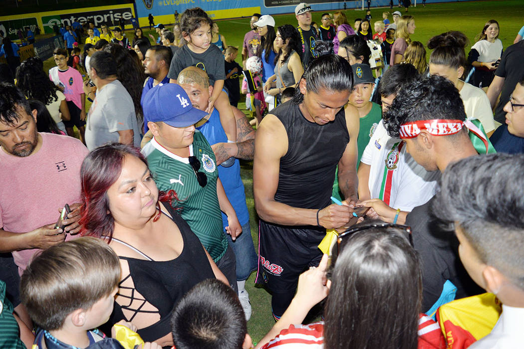 "Para el juego del sábado 29 estarán regalando ""Bobbleheads"" de la mascota ""Cash the Soccer Rocker"", a los primeros 5 mil aficionados que lleguen al estadio. Aquí Joel Huiqui, firmando a ..."