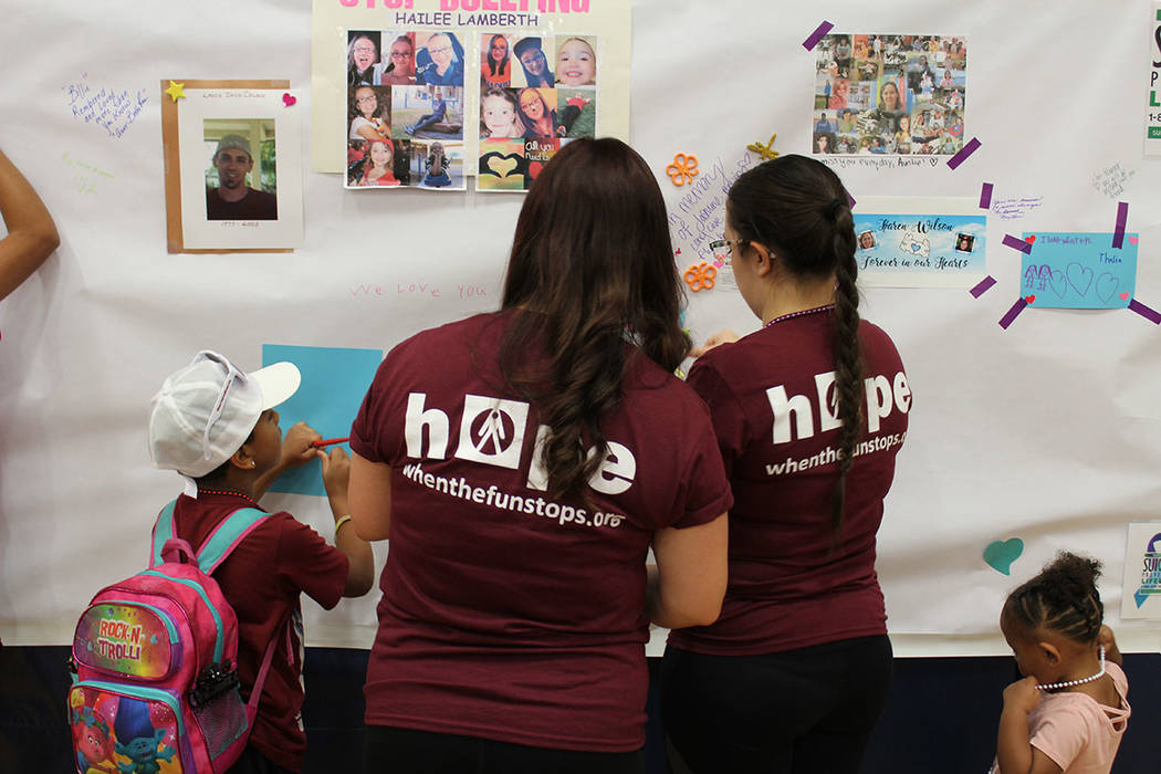 Jóvenes escribieron mensajes en memoria de sus compañeros que han cometido suicidio. Sábado 15 de septiembre del 2018, en secundaria Bob Miller. Foto Cristian De la Rosa / El Tiempo - Contribuidor.