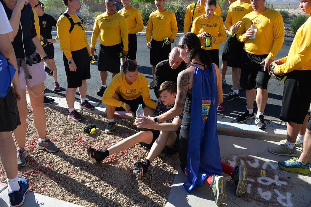 Uno de los participantes se cayó y fue auxiliado de inmediato por personas que participaban en la competencia. El sábado 15 de septiembre, en Mountain's Edge. Foto Frank Alejandre / El Tiempo.