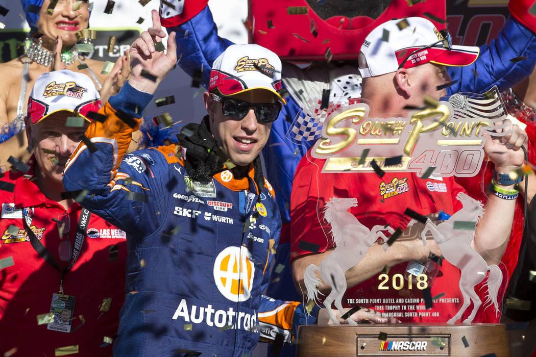 El piloto de carreras Brad Keselowski, a la izquierda, celebra en el carril de la victoria con el gran mariscal Brendan Gaughan después de ganar la carrera auto de la Copa NASCAR 400 de South Poi ...