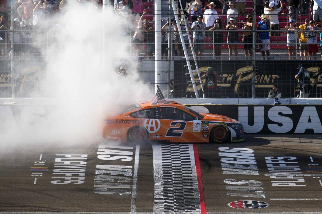 El piloto de carreras, Brad Keselowski, celebra con un agotamiento en la línea de llegada/partida después de ganar la carrera auto de la Copa NASCAR 400 de South Point en Las Vegas Motor Speedwa ...