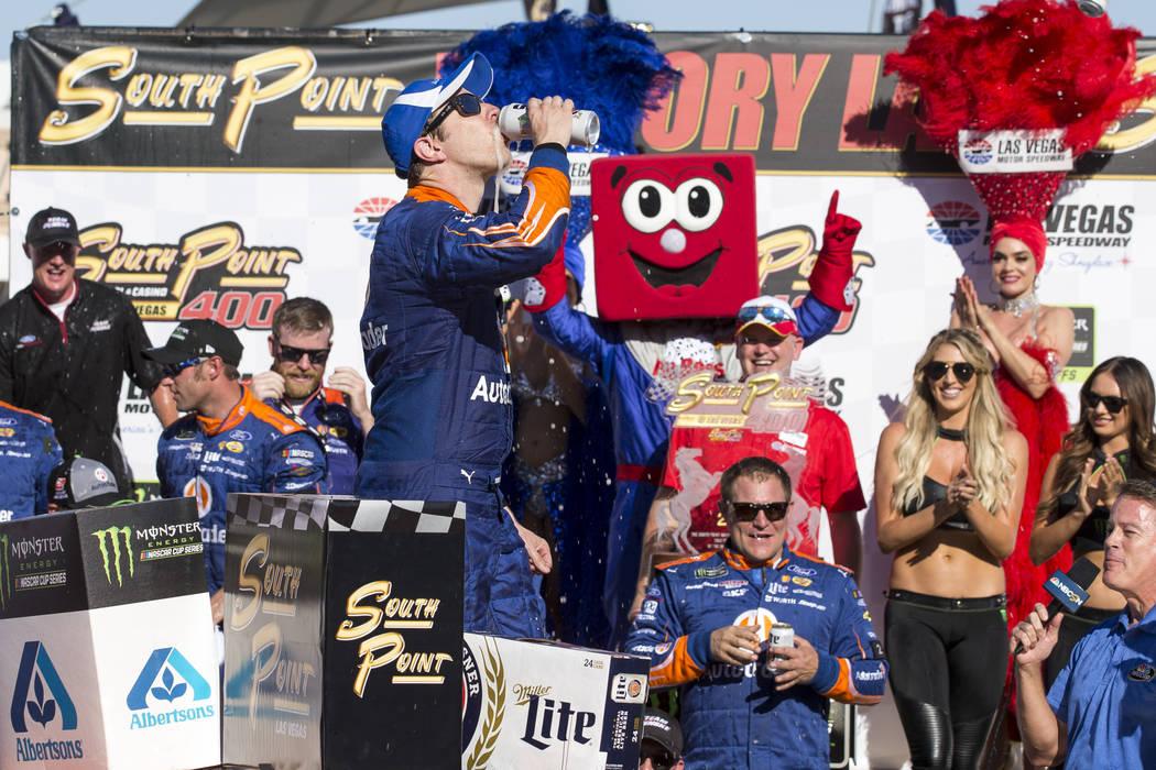 El piloto de carreras Brad Keselowski celebra con una cerveza en el carril de la victoria después de ganar la carrera auto de la Copa NASCAR 400 de South Point en Las Vegas Motor Speedway en Las ...