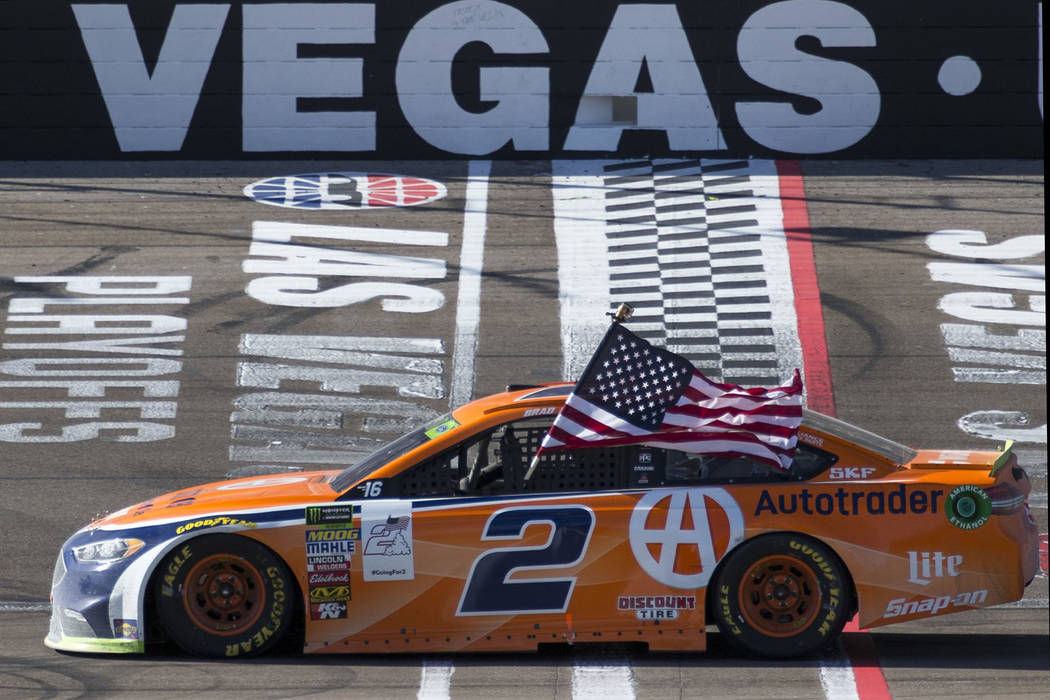 El piloto de carreras Brad Keselowski celebra en la línea de llegada/meta después de ganar la carrera auto de la Copa NASCAR 400 de South Point en Las Vegas Motor Speedway en Las Vegas el doming ...