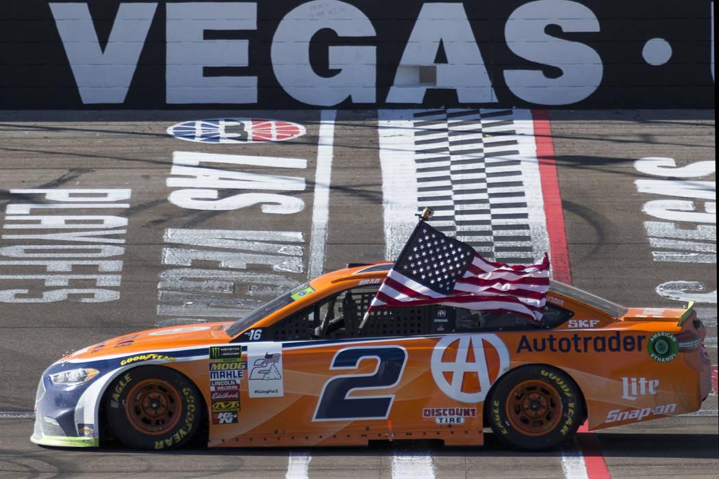 El piloto de carreras Brad Keselowski celebra en la línea de llegada/meta después de ganar la carrera auto de la Copa NASCAR 400 de South Point en Las Vegas Motor Speedway en Las Vegas el doming ...