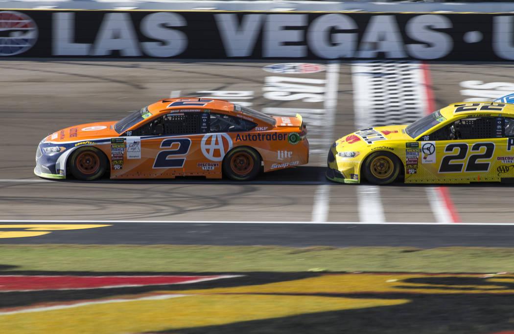 Brad Keselowski (2) rebasa por delante a Joey Logano (22) durante la carrera de la Copa NASCAR 400 de South Point en Las Vegas Motor Speedway en Las Vegas el domingo 16 de septiembre de 2018. Rich ...
