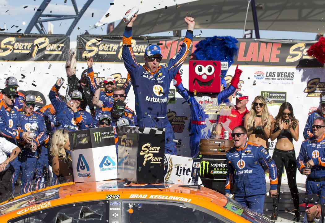 El piloto de carreras Brad Keselowski, celebra en la línea de la victoria después de ganar la carrera auto de la Copa NASCAR 400 de South Point en Las Vegas Motor Speedway en Las Vegas el doming ...
