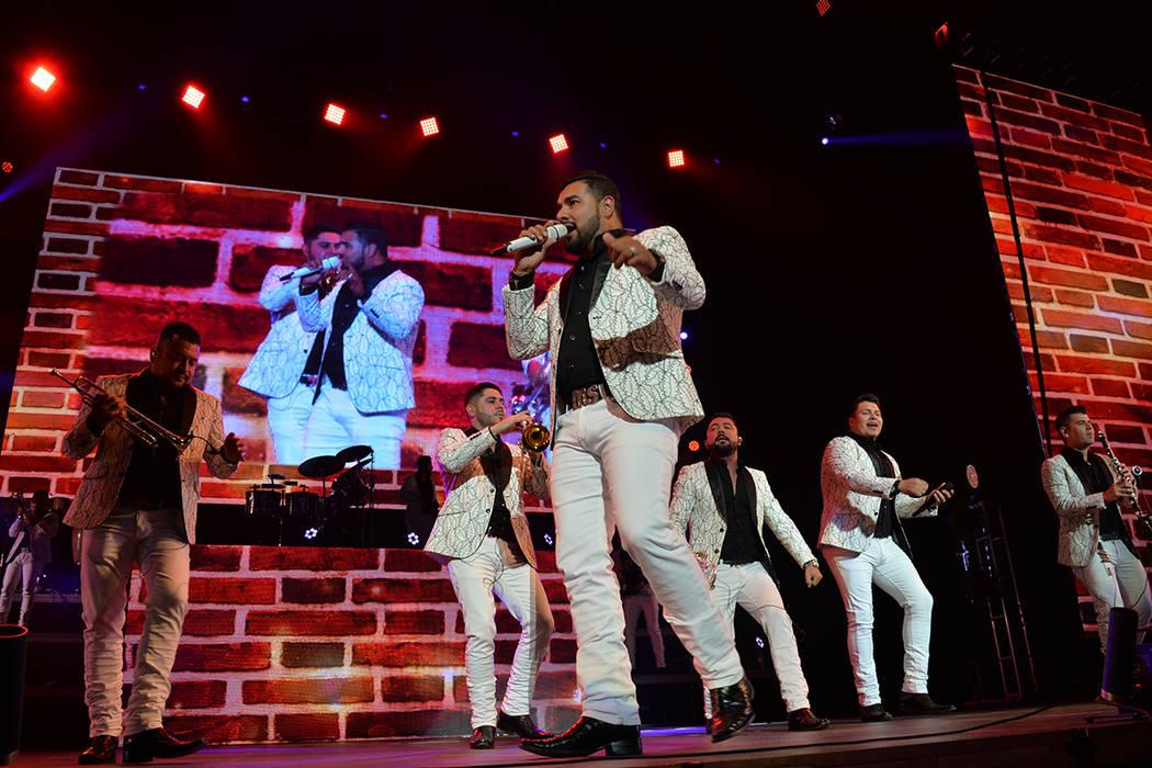 """La Banda MS demostró el """"arrastre"""" que tiene entre la gente que gusta de la banda sinaloense. De su más reciente producción """"Con Todas las Fuerzas"""" tocaron """"Tu postura"""", un éxito i ..."""