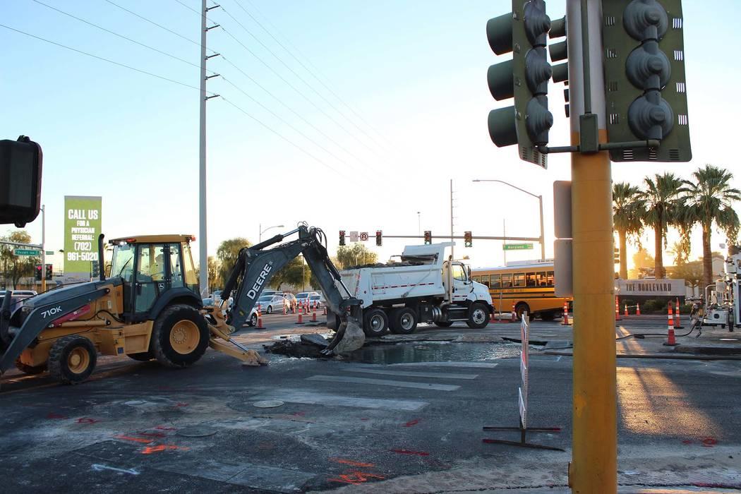 Las cuadrillas del Distrito de Aguas del Valle de Las Vegas trabajan para reparar una tubería de agua rota en Maryland Parkway y Desert Inn Road, el martes 18 de septiembre de 2018. (Revista de r ...