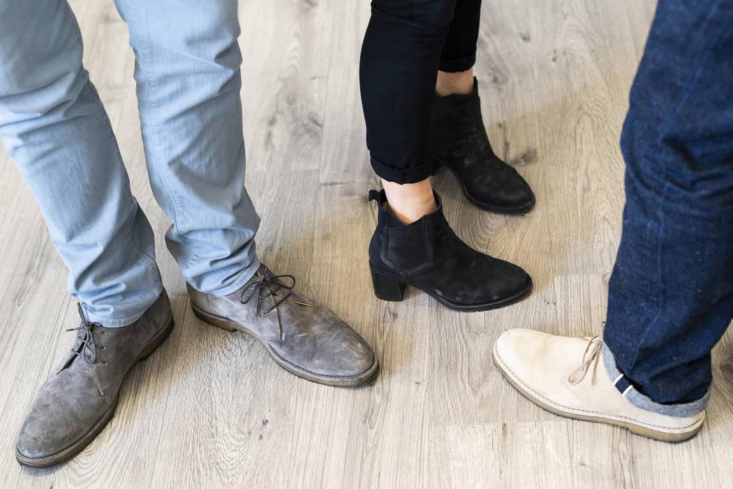Desde la izquierda, los cofundadores de Ross & Snow, Fred Mossler, Meghan Mossler y Steve Hill fotografiados usando los zapatos de la compañía en su sede en el centro de Las Vegas, el lunes 10 d ...