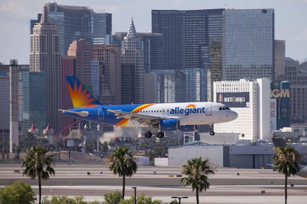 Un vuelo de Allegiant Air aterriza en el Aeropuerto Internacional McCarran en Las Vegas. (Richard Brian / Las Vegas Review-Journal) @vegasphotograph