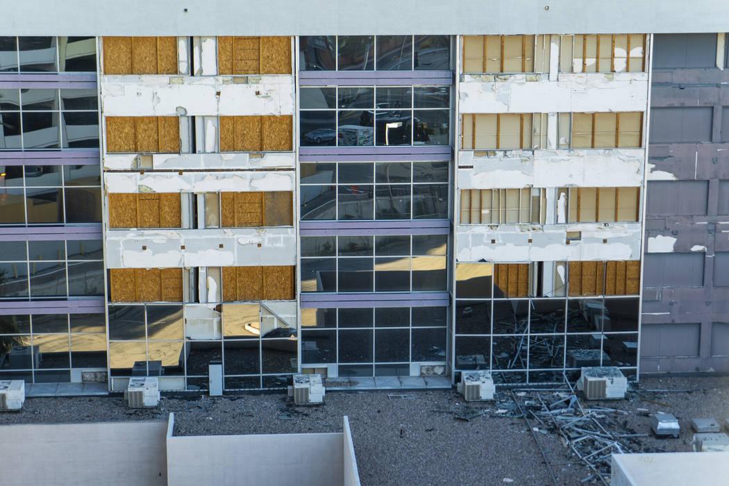 La propiedad cerrada del Hotel Atrium Suites fotografiada en Las Vegas, el jueves 13 de septiembre de 2018. El hotel estuvo cerrado por renovaciones hace una década, pero el trabajo se detuvo cua ...