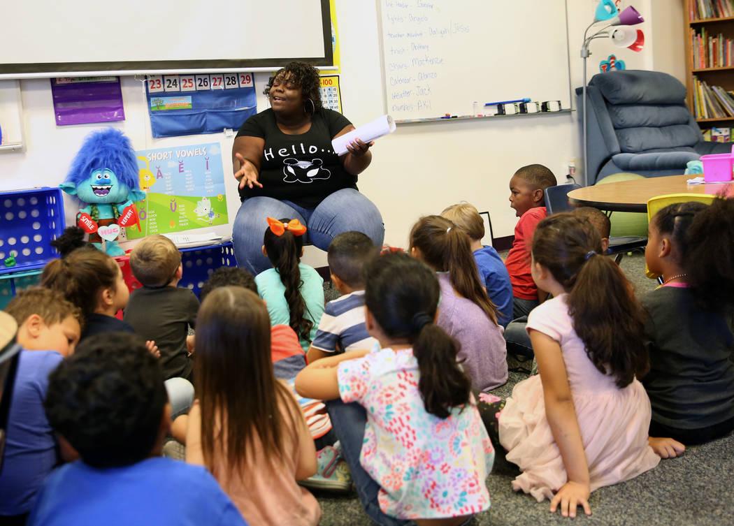Angela Hillman enseña a los estudiantes de kínder en Discovery Charter School el viernes, 14 de septiembre de 2018, en Las Vegas. (Bizuayehu Tesfaye / Las Vegas Review-Journal) @bizutesfaye