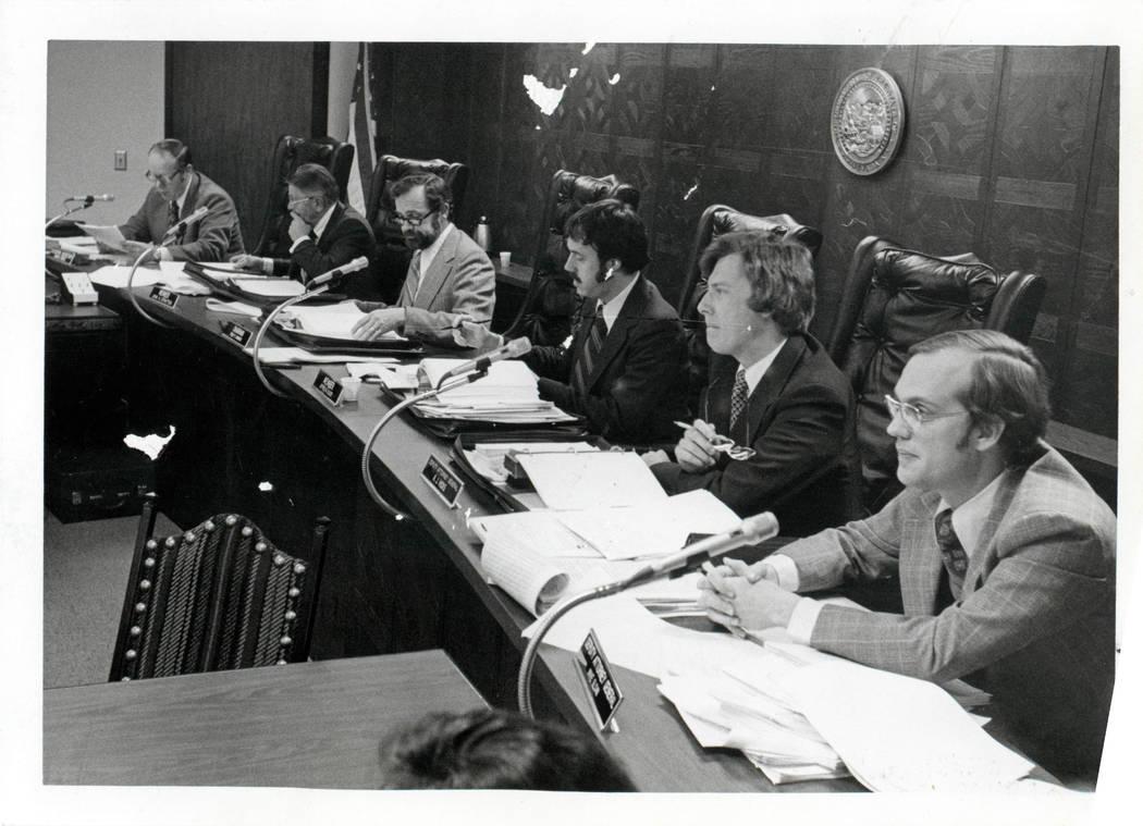 El Nevada Gaming Control Board se reúne el 14 de enero de 1976. Desde la izquierda, Edward Bowers, secretario ejecutivo, Jack Strattor, miembro, Philip Hannifin, presidente, Jeffrey Seluel, miemb ...