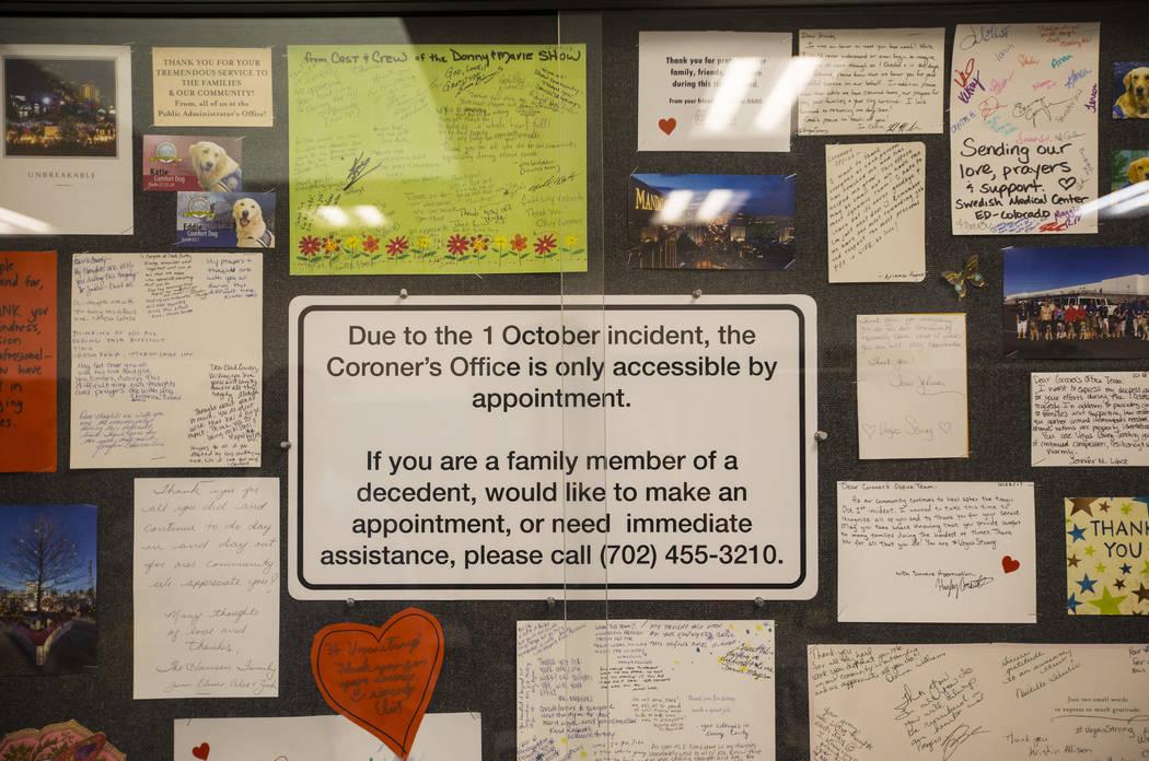 Las vitrinas resaltan cartas y otros mensajes de apoyo en la oficina forense del Condado de Clark, cerca del centro de Las Vegas, el jueves 13 de septiembre de 2018. Chase Stevens Las Vegas Review ...