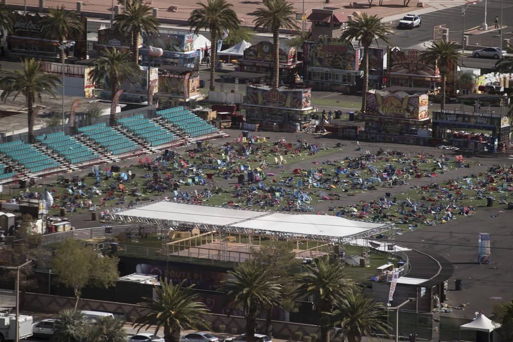 Los terrenos del festival de Las Vegas Village en el Strip el 2 de octubre de 2017, el día después de que un hombre armado abriera fuego, matando a 58 e hiriendo a otros cientos en el festival R ...