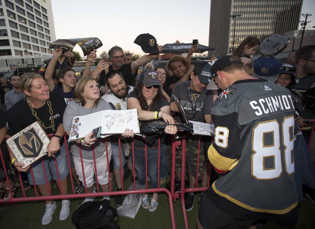 El defensor de los Golden Knights, Nate Schmidt (88), firma autógrafos durante una fiesta de admiradores de los Golden Knights en el Centro de Eventos del Centro de Las Vegas el miércoles 19 de ...