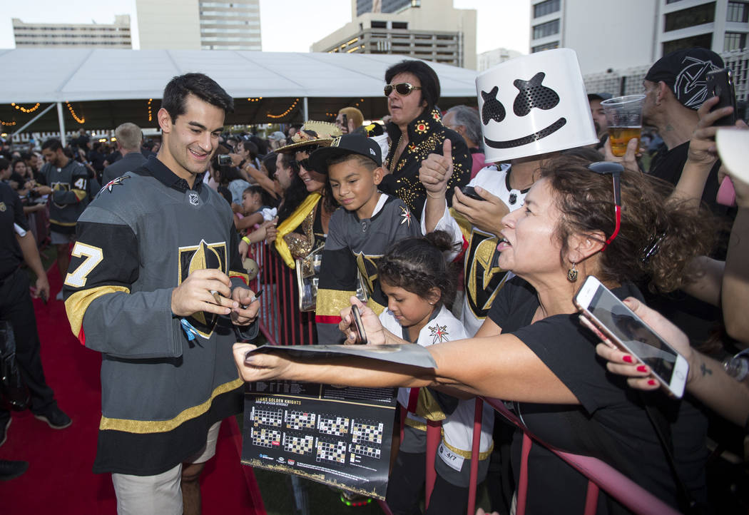 El alero izquierdo de los Vegas Golden Knights, Max Pacioretty (67), firma autógrafos durante la fiesta de los fans de los Vegas Golden Knights en el Centro de Eventos del Centro de Las Vegas el ...