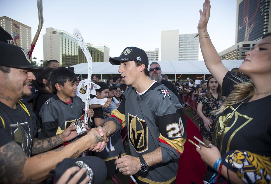 El portero de los Vegas Golden Knights, Marc-André Fleury (29), recibe a los fans durante una fiesta en el Centro de Eventos del Centro de Las Vegas el miércoles 19 de septiembre de 2018. Richar ...