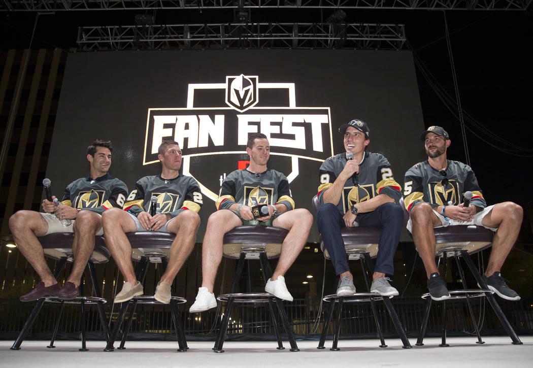 Los jugadores de Vegas Golden Knights, desde la izquierda, Max Pacioretty, Paul Stastny, Jonathan Marchessault, Marc-André Fleury y Deryk Engelland participan en un Q&A durante un festival de adm ...