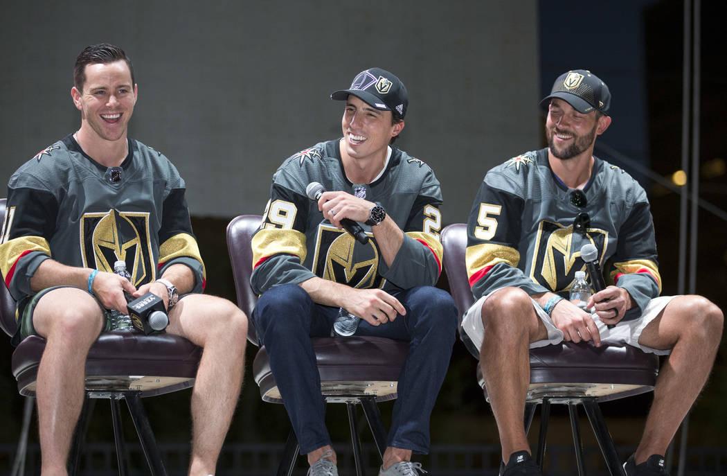 Los jugadores de los Vegas Golden Knights, desde la izquierda, Jonathan Marchessault, Marc-André Fleury y Deryk Engelland participan en un Q&A durante un festival de admiradores de Vegas Golden K ...