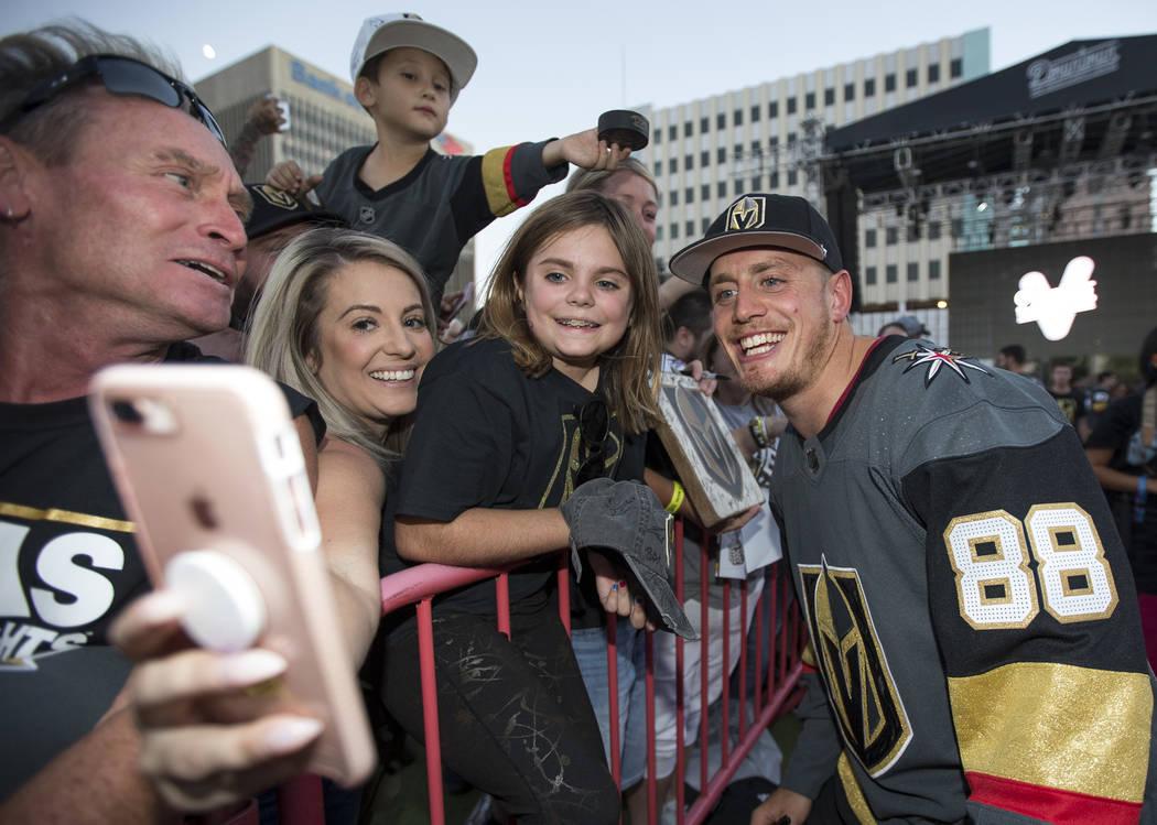 El defensor de los Vegas Golden Knights, Nate Schmidt (88), posa con los fans durante una fiesta de los Vegas Golden Knights en el Centro de Eventos del Centro de Las Vegas el miércoles 19 de sep ...