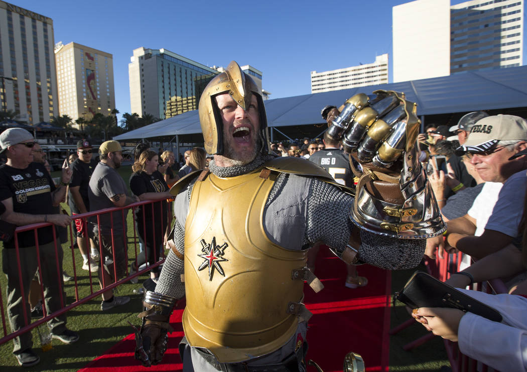 Los Golden Knights saludan a los fans durante un festival de admiradores de los Golden Knights de Las Vegas en el Centro de Eventos del Centro de Las Vegas el miércoles 19 de septiembre de 2018. ...