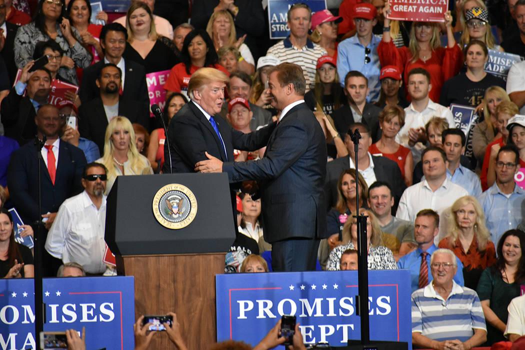 El presidente Donald Trump saluda al senador Dean Heller durante un evento de campaña a favor de candidatos republicanos. Jueves 20 de septiembre de 2018 en el Centro de Convenciones de Las Vegas ...