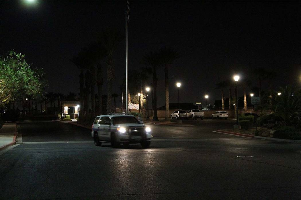 Un vehículo policial de Henderson sale del vecindario privado donde cuatro personas murieron el jueves por la noche después de un aparente asesinato-suicidio. (Max Michor / Las Vegas Review-Journal)