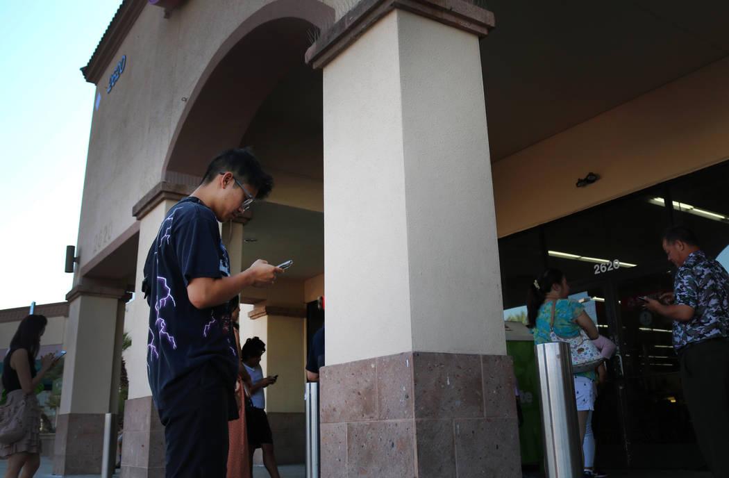 Reanu Elises espera fuera de la tienda de segunda mano Savers en la intersección de West Sahara Avenue y South Decatur Boulevard en Las Vegas, el miércoles 15 de agosto de 2018. Elises estaba al ...