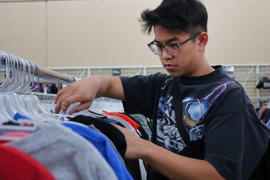 Reanu Elises hojea camisetas en la tienda de segunda mano Savers en la intersección de West Sahara Avenue y South Decatur Boulevard en Las Vegas, el miércoles 15 de agosto de 2018. Elises estaba ...