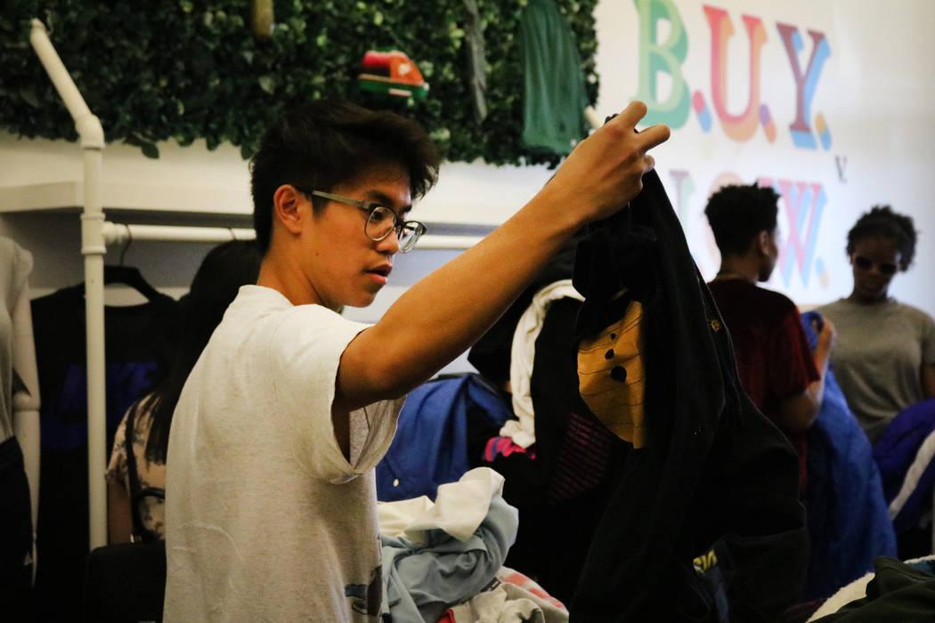 Reanu Elises sostiene una camisa en Fruition en South Maryland Parkway en Las Vegas, el sábado 28 de abril de 2018. La exclusiva tienda de streetwear ofrece una venta mensual en la que los compra ...