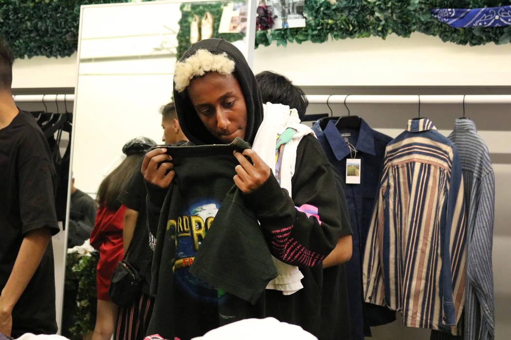 Un comprador sostiene una camisa en Fruition en South Maryland Parkway en Las Vegas, el sábado 28 de abril de 2018. La exclusiva tienda de streetwear ofrece una venta mensual en la que los compra ...
