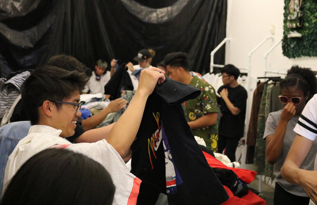 Reanu Elises sonríe a una camisa que encontró en una pila de ropa en Fruition en South Maryland Parkway en Las Vegas, el sábado 28 de abril de 2018. La exclusiva tienda de streetwear ofrece una ...