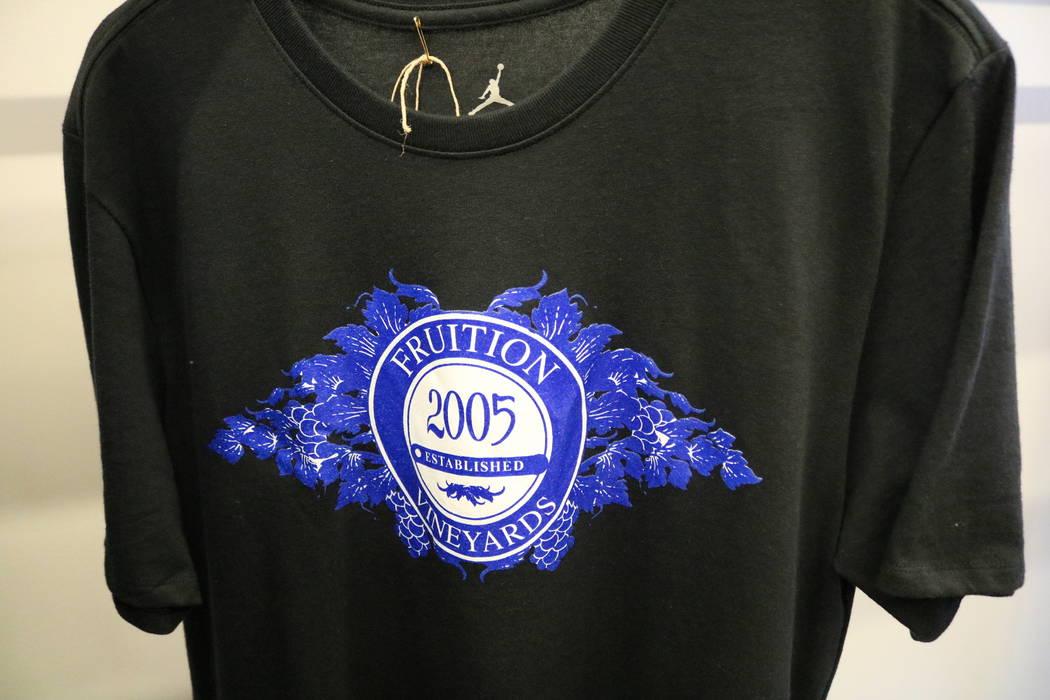 Los suéteres con el logotipo de Fruition cuelgan en un estante en la tienda del mismo nombre en South Maryland Parkway en Las Vegas, el sábado 28 de abril de 2018. La exclusiva tienda de streetw ...