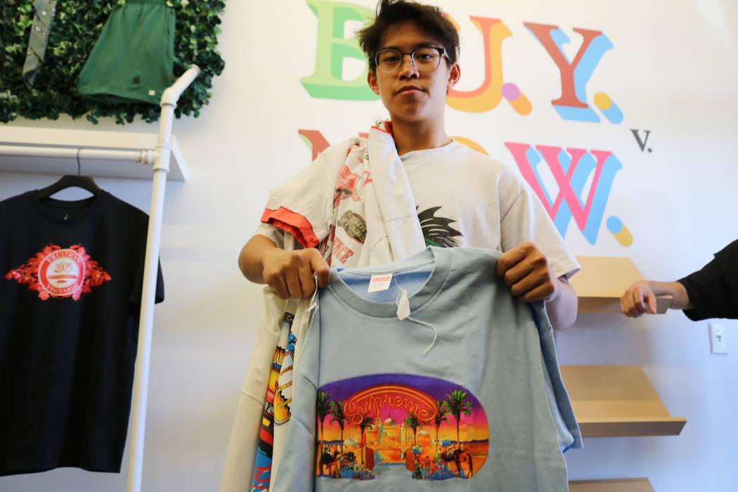 Reanu Elises sostiene una camiseta Supreme que compró en Fruition en South Maryland Parkway en Las Vegas, el sábado 28 de abril de 2018. La exclusiva tienda de streetwear ofrece una venta mensua ...