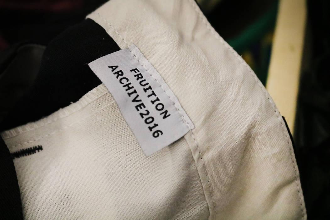 Una camisa con etiqueta Fruition cuelga en un estante en la tienda del mismo nombre en South Maryland Parkway en Las Vegas, el sábado 28 de abril de 2018. La exclusiva tienda de streetwear ofrece ...