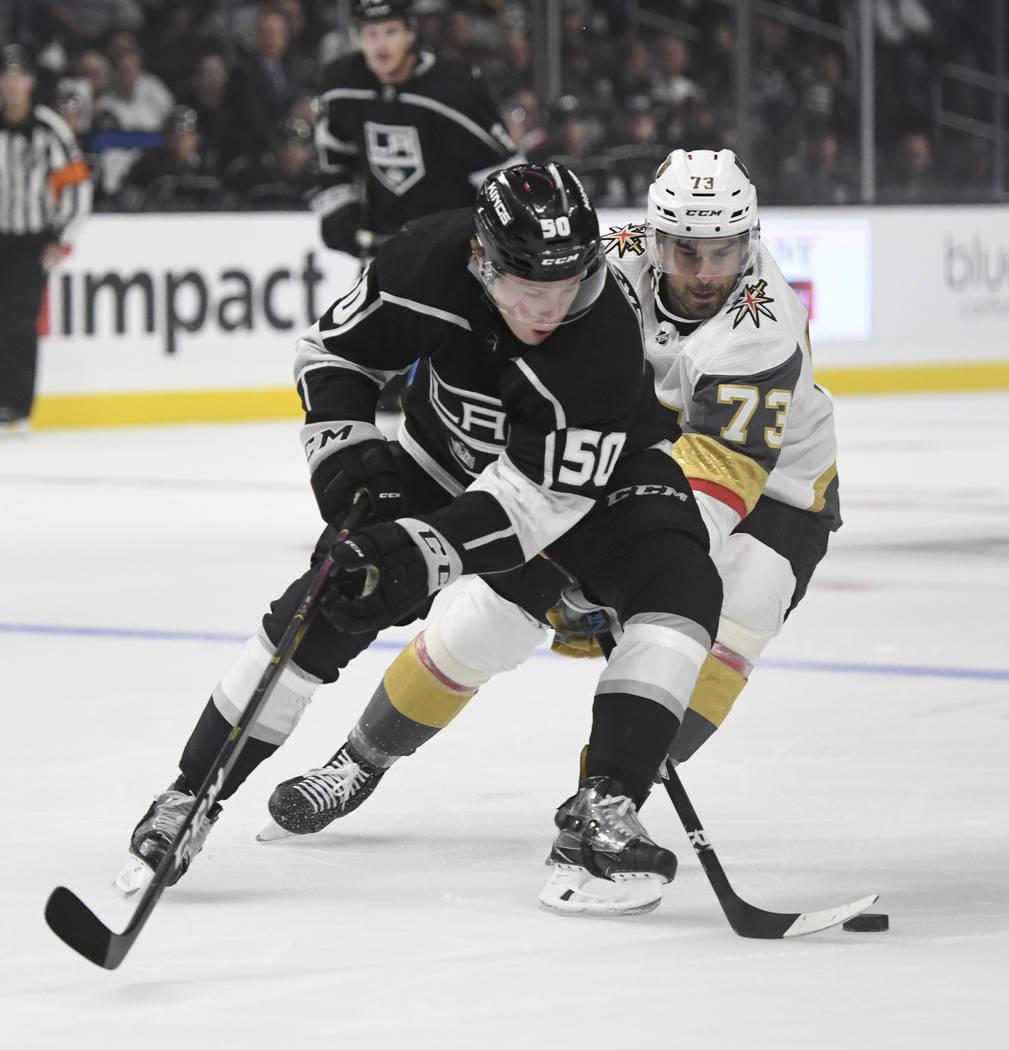 El centro de Los Ángeles Kings, Jaret Anderson-Dolan (50) y el centro de los Vegas Golden Knights, Brandon Pirri (73), compiten por el puck durante el primer período de un juego de hockey NHL de ...
